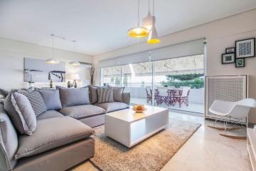Roller Σκίασης & Χαλί Shaggy σε νέα οικία στην Βούλα